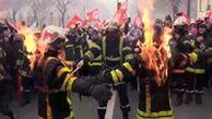 آتش نشانان فرانسوی به نشانه اعتراض خودشان را آتش زدند