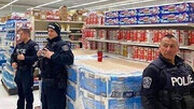 اخراج شهروند سیاهپوست آمریکایی از فروشگاه بدست پلیس به علت استفاده از ماسک!
