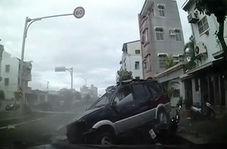 واژگونی خودروی شاسی بلند روی موتورسوار نگون بخت