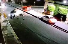 متلاشی شدن موتورسیکلت پس از برخورد با خودروی سواری + فیلم