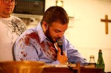حمله مار، کشیش را روانه بیمارستان کرد!