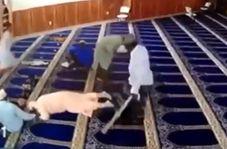 حمله ناگهانی مرد دیوانه به نمازگزاران یک مسجد!