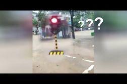 سیل شدید، چراغ راهنمایی خیابان را با خود برد!