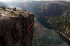 لحظه لغزیدن طناب باز در ارتفاع ۱۰۰۰ متری!