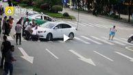 اقدام انساندوستانه عابران پس از تصادف رانندگی در خیابان