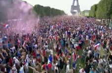 جشن مردم پاریس در کنار برج ایفل+فیلم