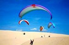 فرود جالب چترباز حرفهای روی شنهای ساحل دریا