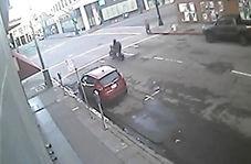 تصادف وحشتناک راننده موتور با خودروی پلیس