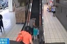 لحظه سقوط زن سالخورده به همراه نوهاش از پله برقی!
