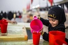 مهماننوازی کودک خردسال از زائران اربعین حسینی