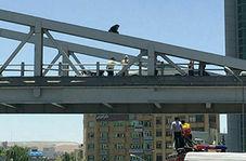 لحظه اقدام به خودکشی دختر جوان از روی پل هوایی