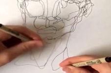 هنرمندی که با دو دست پرترههای دیدنی میکشد