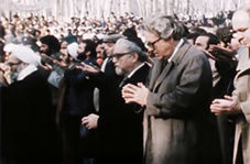 فیلم کمتر دیده شده از نماز خواندن عجیب سفیران انگلیس و آمریکا درصف اول نماز جمعه تهران!