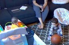روش جالب کودک خردسال برای ساکت کردن برادر کوچکش