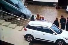 مشتری که خودروی صفر را به شیشه نمایشگاه کوبید!