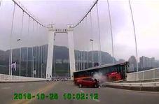 لحظه وحشتناک سقوط اتوبوس به از پل هنگام دعوای راننده و مسافر