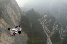 پرواز با سرعت ۳۸۵ کیلومتر، فقط با یک لباس بالدار!