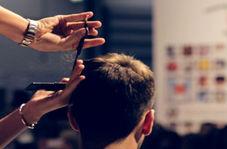 آرایشگری که همزمان با ۲۷ قیچی موی مشتری را اصلاح میکند