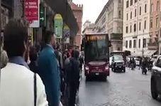 جنگ اعصاب بین مسافران شهری در پایتخت ایتالیا + فیلم