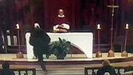 لحظه چاقوخوردن کشیش در کلیسا