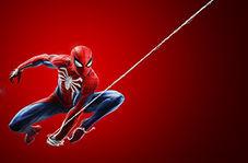 جوانی که دست مرد عنکبوتی را از پشت بست