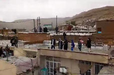 پناهبردن مردم شیراز به پشتبام خانههایشان در پی وقوع سیل