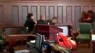 لحظه وحشتناک حمله خانواده مقتول به قاتل در جلسه دادگاه!