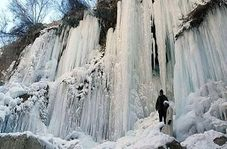 """دیدن آبشار یخزده """"هشتیان"""" را از دست ندهید"""