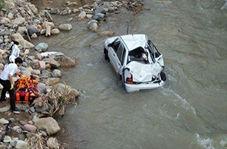 عملیات بیرون کشیدن خودرو از داخل رودخانه رودبار