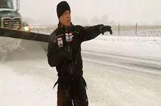 اتفاق غیرمنتظره برای خبرنگار هنگام برف روبی