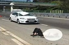 مرگ عابر پیاده پس از اقدام دیوانه وار بر روی پل هوایی!