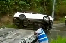 سقوط خودروی شاسی بلند به دره پس از نجات به دست امدادگران!