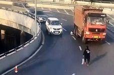 خوش شانسی یک پسربچه در له نشدن زیر چرخهای کامیون