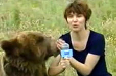 لحظه وحشتناک حمله ناگهانی خرس به خبرنگار زن