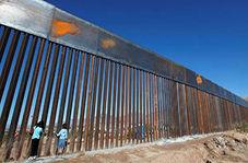 عبور مهاجران از روی حصار مرزی بین مکزیک و آمریکا