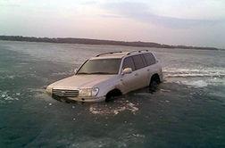غرق شدن یک خودرو هنگام حرکت روی رودخانه یخ زده
