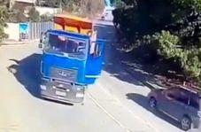 لحظه وحشتناک سقوط کامیون به داخل پارک آبی!