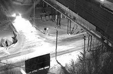 تصادف یک خودرو با تیر برق در جادهای برفی