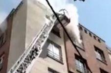 آتشسوزی در خیابان ستارخان تهران/ نجات یک مرد از بین دود و آتش