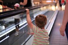 پسربچهای که با دست خود پله برقی را نگه داشت!