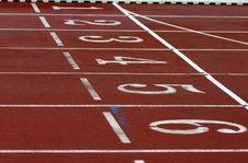 دونده زن بدشانسی که به تمام موانع مسابقه برخورد کرد!