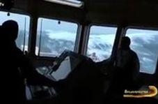 نگاه به امواج سهمگین اقیانوس از کابین کاپیتان