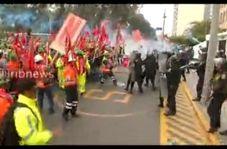 ویدئویی عجیب از حمله به پلیس با چوب و چماق در پرو