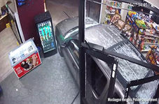 تصادف خودرو با مشتری در داخل فروشگاه