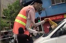 تمیز کردن شیشه اتومبیل توسط کارگر غول پیکر!