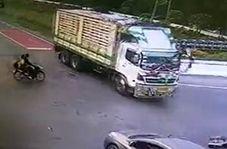 بی توجهی راننده کامیون به تصادف وحشتناک با موتورسیکلت