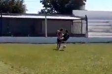 حرکت عجیب بازیکن فوتبال برای به دست آوردن توپ