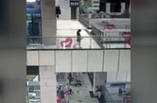 لحظه شکستن دیواره شیشهای آکواریوم بزرگ یک مرکز خرید در چین