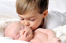واکنش بامزه کودک خردسال هنگامی که اولین بار برادر نوزاد خود را دید