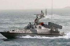 تصاویر رصد ناو آمریکایی در خلیج فارس توسط ۱۱ قایق تندروی ایرانی